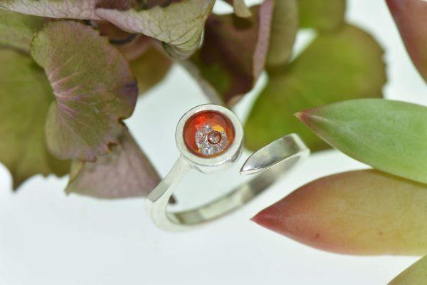A gyémánt virágzása szikrázó csiszolatlan gyémántokkal eljegyzési gyűrű