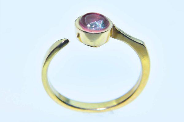 Rózsák Tere templomának üveg ablakából megcsiszolt eljegyzési gyűrű princess gyémánttal