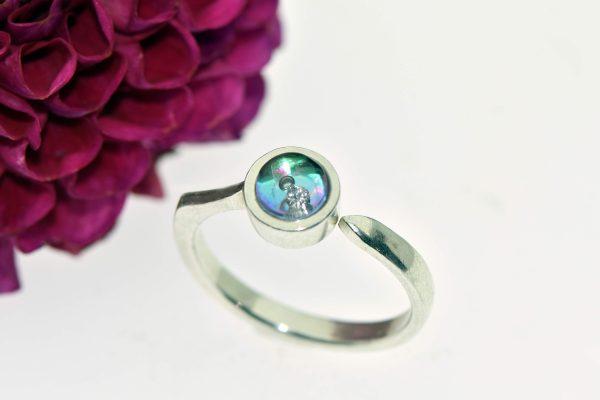 Színváltós eljegyzési gyűrű buborékkal táncoló gyémánttal blue-magenta ragyogásban