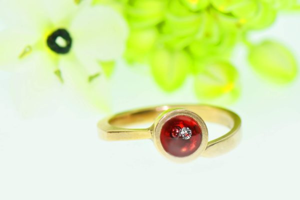 Szívpiros szerelemtől ragyogó eljegyzési gyűrű