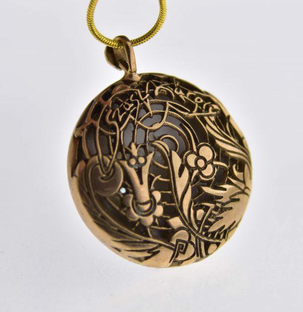 Zsolnay porcelánból csiszolt füvészkerti kalandozások medálja