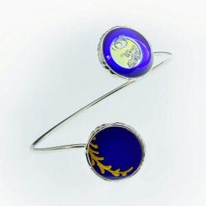 A szikrázó gyémántok és az indaág ultramarin kékségében karkötője