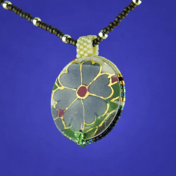 A szenvedélyes Zsolnay szürke virág