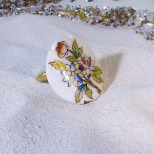 Viktória virágzása színes mámorában gyűrű